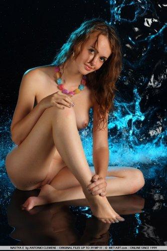 Эротическая фотосессия молодой мокрой обнажённой красавицы Nastya