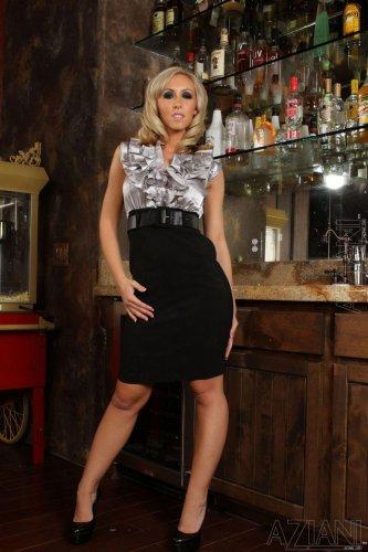Отвязная барменша Jessica Lynn