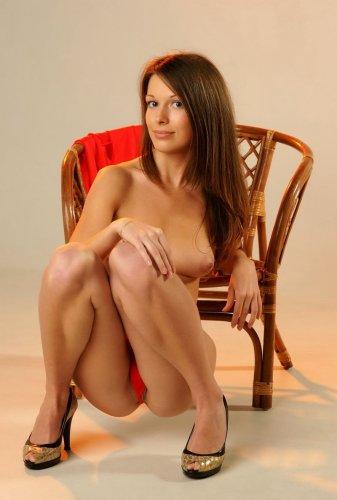 Красное платье и плетёное кресло