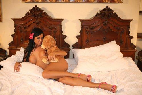 Ashley Bulgari в кровати с медвежонком