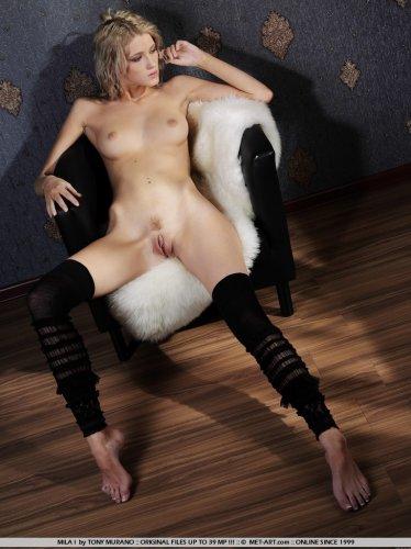 Эротические фото удивительно красивой девушки Mila в чёрных чулках