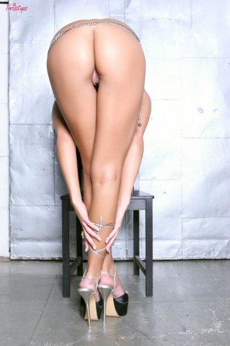Возбуждённая красотка Amy Reid снимает эротическое бельё и раздвигает вагину