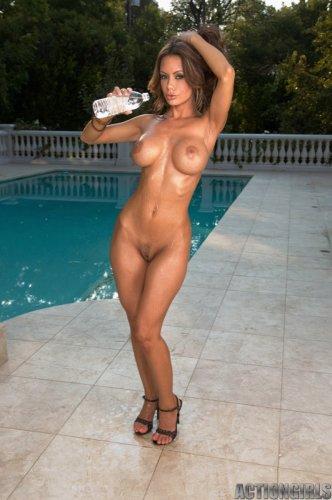 Crissy Moran в бикини в горошек