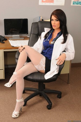 Сексуальная медсестра Jessica Jaymes устроила эротику на рабочем месте