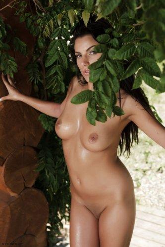 Горячая сексопильная брюнетка Анелла с красивым голым влажным телом после баньки
