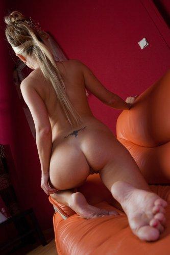 Candy Blond на диване