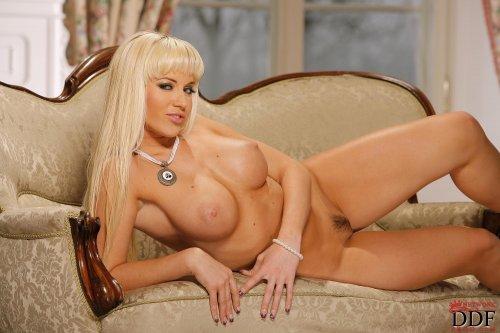Сочная блондинка Cindy Dollar демонстрирует белое эротическое бельё
