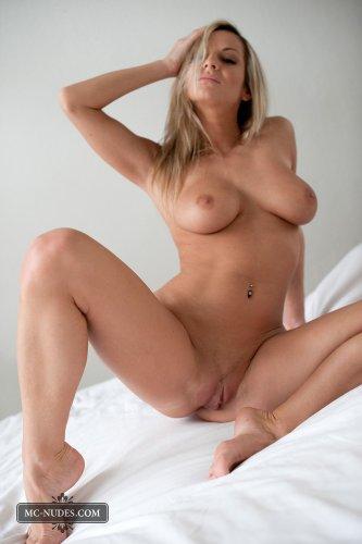 Тамара на кровати