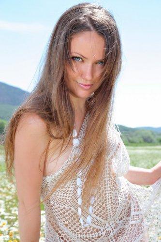 Желания Аси устроила эротику в солнечный день в поле с ромашками