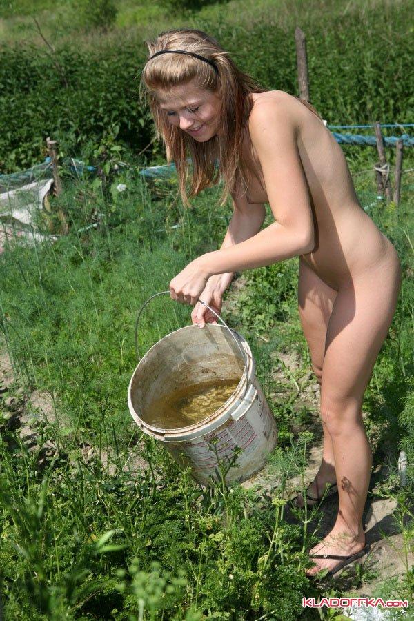 Порно на огороде