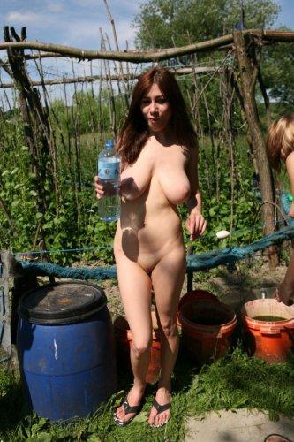 Голышом в огороде