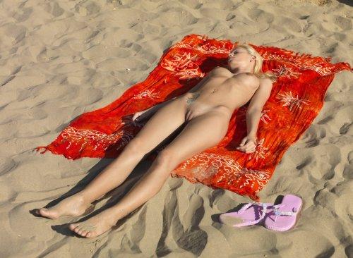 Балтийский берег и блондинка