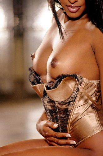 Чернокожая Глория в красивом белье