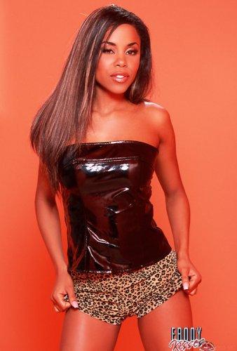 Стройная чернокожая девушка