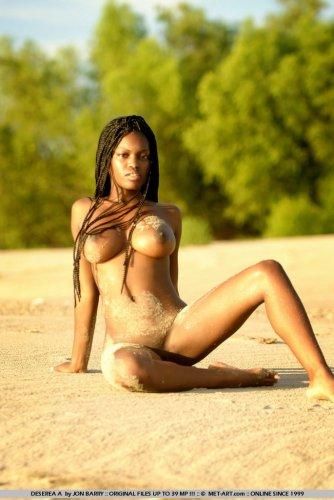 Фотосессия негритянки на берегу моря