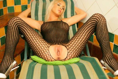 Секси Натали в сетчатой эротической одежде