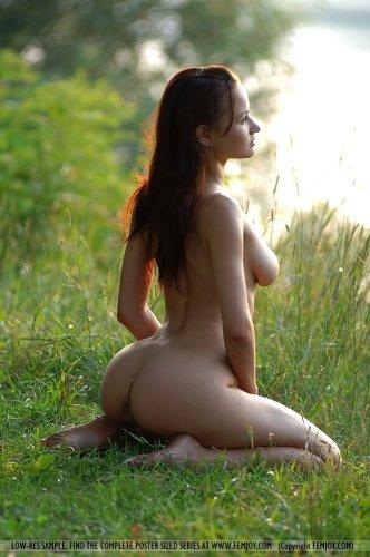 Фигуристая девушка показывает прелести в лесу