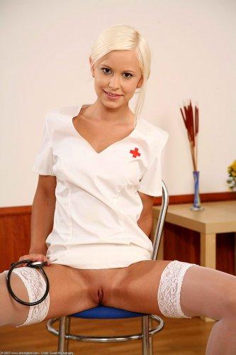 Девушка работает медсестрой, но в свободное время не прочь поразвлечься