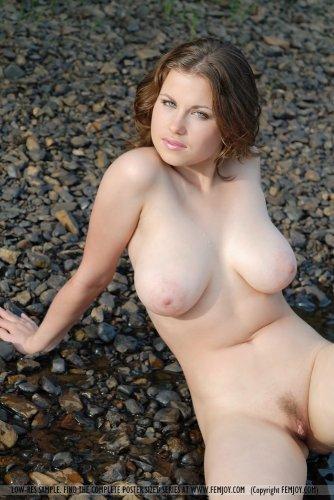 Полногрудая дамочка купается в реке
