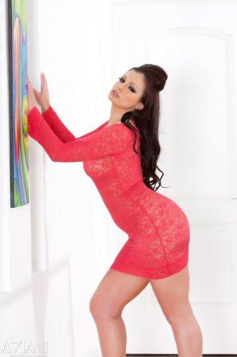 Aria Giovanni в красном платье