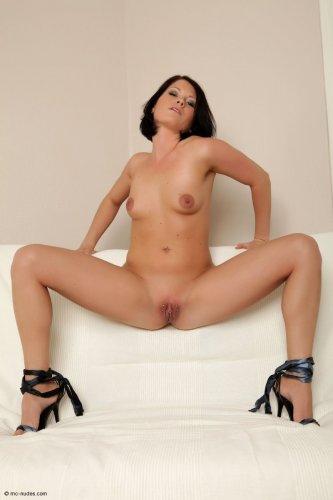 Шаловливая блудница Алли с пирсингом на вагине позирует голая на диване