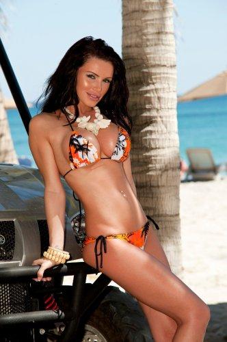 Gemma Massey с большими стоячими сиськами снимает купальник на пляже