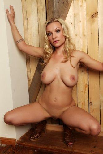 Сисястая блондинка Дэйзи без одежды с большой красной татухой на спине