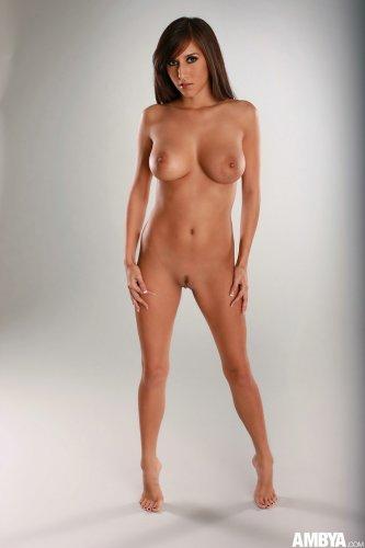 Эротическая фотосессия обнажённой April O'Neil с красивой фигурой
