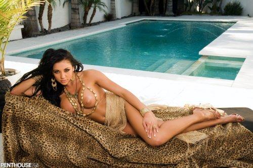 Audrey Bitoni под пальмами