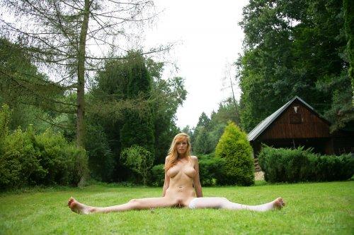 Carmen Gemini в парке