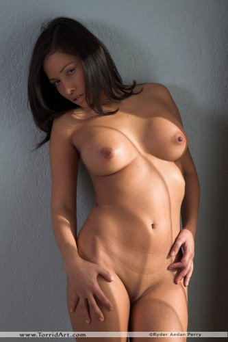 Жгучая похотливая брюнетка Lana с сексуальным голым телом эротично позирует