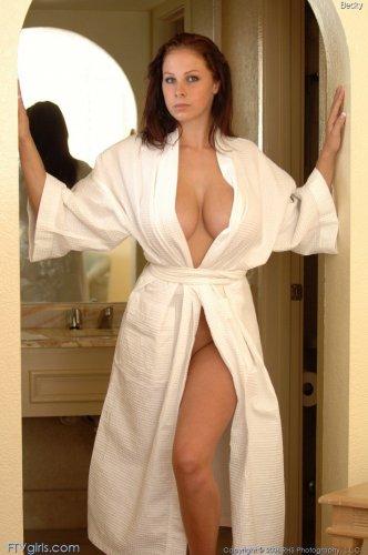 Gianna Michaels снимает халат