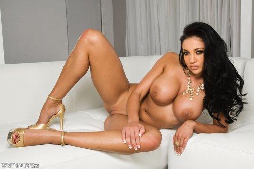Audrey Bitoni одна на диване