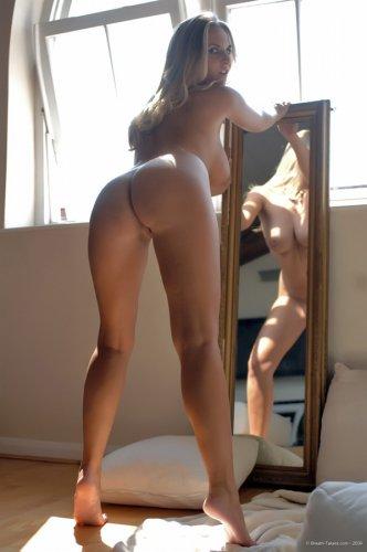 Chikita позирует у зеркала
