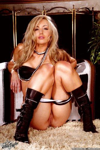 Горячая порнозвезда Kayden Kross с загорелым обнажённым телом в саду