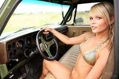 Сексуальный водитель минивэна Jessica Bee снимает трусы и показывает эротику