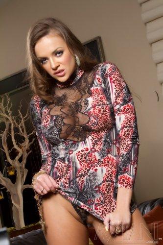 Nika Noire в коротком платье