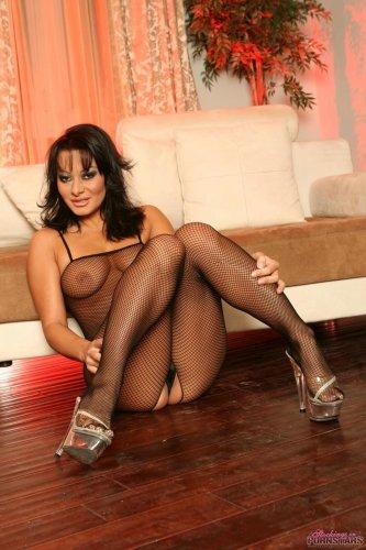 Развратная голая тётка Sandra Romain с большой жопой в сексуальном сетчатом боди