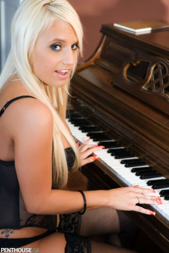 Пианистка Jacky Joy