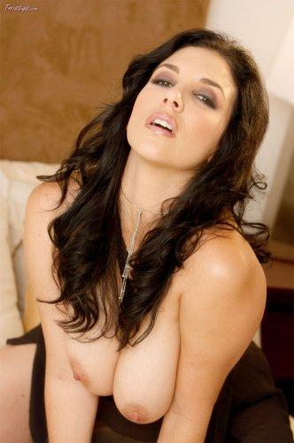 Jelena Jensen раздевается на кровати