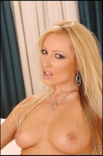 Горячая блондинка Diana Doll