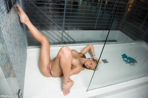 Phoenix Marie принимает душ