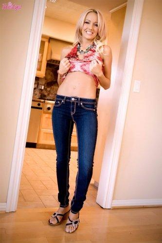 Cody Love в синих джинсах
