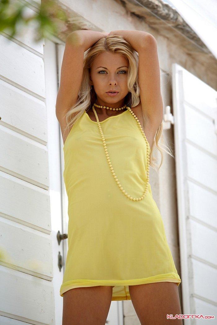 Девушка в жёлтом платье порно157