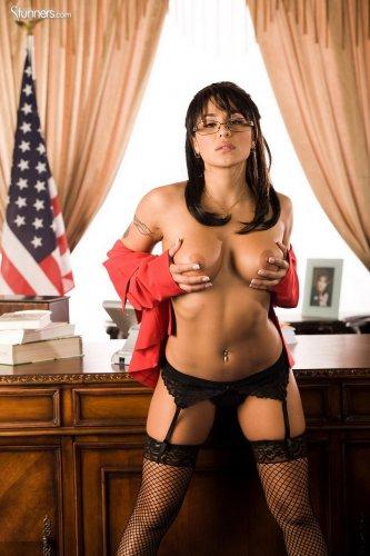 Возбуждённая министр Jenaveve Jolie в эротическом нижнем белье мастурбирует на столе
