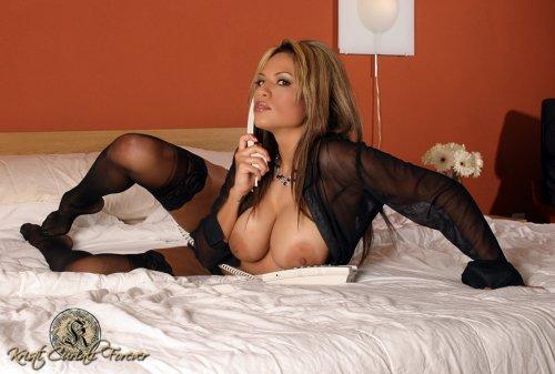 Kristi Curiali исполняет страстный секс по телефону
