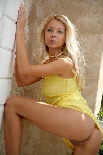 Lea Tyron в жёлтом платье и бусах