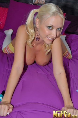 Molly Cavalli на кровати