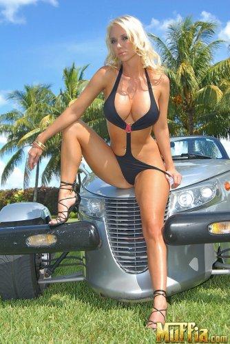 Molly Cavalli позирует на крутой машине