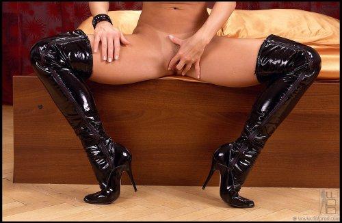 Silvia Saint в чёрных сапогах